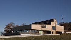 """Le complexe touristique du Gounefay est construit sur la crête du Larmont. Il comporte un restaurant, des locaux """"station"""" (ski de fond et randonnée), deux grandes salles scolaires, un hangar pour les dameuses, ainsi qu'un logement de fonction. Il s'agissait pour les architectes de trouver une expre..."""