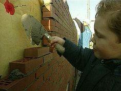 Flip en kind gaan naar een bouwplaats. Ze mogen in een hijskraan, zien een metselaar aan het werk. Een steen en nog een steen; zo maak je een huis.