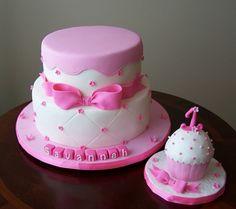 gateau-anniversaire-thematique-bébé-fille-ruban-cupcake