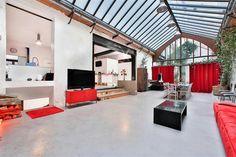 75011 - Paris - Entre Oberkampf et les filles du calvaire - Superbe Loft (usage mixte) issu de la réhabilitation d'une ancienne boutique et de son atelier d'orfèvrerie, s'articulant autour d'une magnifique réception de 100M² sous verrière (6 mètres de hauteur sous plafond) avec lumière zénithale et ouverte sur un patio terrasse de 20m², cuisine US, 5 chambres, salle d'eau et un entresol comprenant une pièce de loisirs, une cave, une buanderie, un grand bureau et une salle d'eau. Entre…