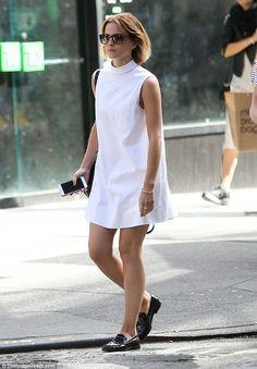 Emma Watson shows off her lithe legs in stylish white shift dress as she enjoys a leisurely day out in New York White Shift Dresses, White Mini Dress, Dress Black, Moda Minimal, Emma Watson Style, Emma Watson Casual, Look Blazer, Minimal Fashion, Ideias Fashion