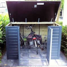 De houten fietsberging Solida 175 herbergt vele fietsen, dat is slim! | Blokhut.com Bicycle Storage Shed, Outdoor Bike Storage, Bike Shed, Shed Storage, Outdoor Laundry Rooms, Bike Shelter, Garden Mirrors, Home Landscaping, Small House Design