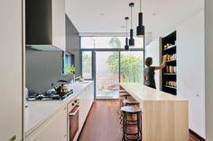 Smalle keuken met witte inbouwkasten