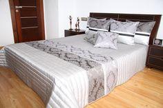 Prehoz na manželské postele sivej farby so strieborným vzorom