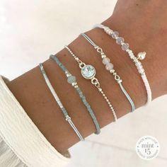 25 +> Feine Armbänder mit Pastellblau © - Honeymoon - Black And White Animal Photography - DIY Jewelry Bracelets - Hairstyles Femme - DIY Home Decor Wood Diy Jewelry Rings, Diy Jewelry Unique, Diy Jewelry To Sell, Wire Jewelry, Jewelry Crafts, Beaded Jewelry, Jewelery, Jewelry Making, Beaded Bracelets