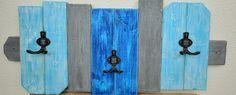 Věšák WOW modro šedý Stylový věšák, který dodá místnosti atmosféru a zároveň splní svůj funkční účel. Na věšák jsou použity barvy satestem na dětské hračky. Pro fixaci a odolnost barvy je převoskovaný, světlým voskem od Annie Sloan, který dodává nátěru jemný sametový lesk. Rozměry: 80cm x 35cm