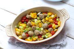 Dit simpele ovengerecht met groenten kan iedereen maken! Het is een kwestie van alle ingrediënten snijden, olijfolie en kruiden er overheen en in de oven.