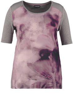 De zijdezachte vloeiende blouse voorzijde met effectieve Batik afdrukken maakt dit shirt een modieus metgezel in uw outfit! Fonkelende steentjes stell... Bekijk op http://www.grotematenwebshop.nl/product/trendy-shirt-met-blouse-voorkant/