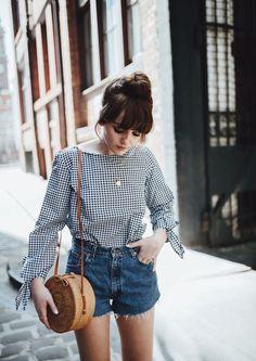 Short despojado cintura mais altinha oposto à blusa classica. Ponto de atençao: bolsa redonda.