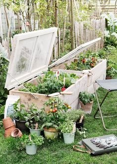 Gute Idde für's Hochbeet wie man Gitter oder Fenster nach oben hin fixieren kann.