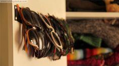 Ordenar las gafas de sol  Necesitamos una cinta ancha, gruesa y resistente, que no deshilache y a ser posible de un color que no se ensucie demasiado, que vaya de lado a lado de la puerta interior del armario. Clavamos con sencillas chinchetas en los extremos, metiendo hacia dentro los extremos para que quede más mono, y teniendo en cuenta que donde van colgadas las gafas no coincida con uno de los estantes del armario,  y listo!