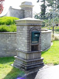 Mutual Materials Chateau grey brick mailbox with (Mailbox solutions columbia )with precast concrete cap portland oregon Brick Driveway, Driveway Entrance, Entrance Gates, Driveway Ideas, Stone Mailbox, New Mailbox, Mailbox Ideas, Mailbox Designs, Vintage Mailbox