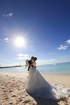 青い海と空でのウェディングフォト、開放感たっぷりで幸せオーラ全開!グアムでの結婚式一覧♪ウェディング・ブライダルの参考に!