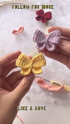 Crochet Bows Free Pattern, Crochet Doll Tutorial, Crochet Instructions, Easy Crochet Patterns, Crochet Motif, Crochet Stitches For Beginners, Beginner Crochet Projects, Crochet Videos, Crochet Hair Clips