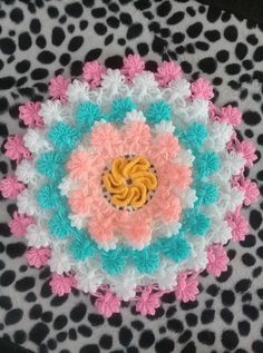 This Pin was discovered by HUZ Knit Rug, Knit Crochet, Crochet Stitches Patterns, Stitch Patterns, Loom Knitting, Crochet Flowers, Diy And Crafts, Projects To Try, Wool