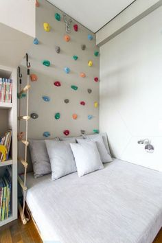 Cool 36 Elegant Small Kids Room Design Ideas With Smart Saving Space. Diy Wall Decor For Bedroom, Gallery Wall Bedroom, Cheap Wall Decor, Kids Wall Decor, Bedroom Wall, Home Decor, Bedroom Ideas, Master Bedroom, Wall Decorations