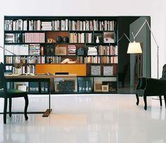 Antonio Citterio ha creado para B&B Italia la librería Flat.C, con múltiples posibilidades de composiciones y varios acabados.