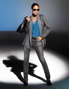 Verschlusslose Jacke mit Strickblende, Seidenhemd mit Seitenschlitzen, Jeans im Used-Look mit Strassakzenten, Veloursleder-Pumps mit hohem, breiteren Absatz und Zierquasten, Henkeltasche aus echtem Leder mit Reißverschluss, Sonnenbrille im Leo-Look, Damen Gürtel aus echtem Leder mit glänzenden Effekten