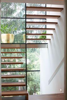 schwebende treppen aus holz gesichert von handlauf und gel nder aus stahlseil fachwerk. Black Bedroom Furniture Sets. Home Design Ideas