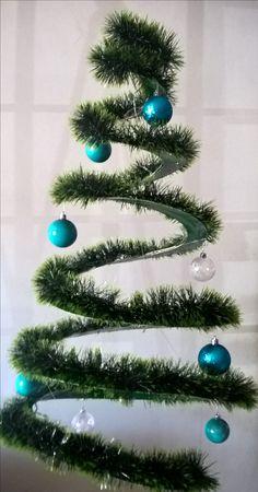 """DIY - Árvore de Natal 🎅 🎄  - Desenhe e recorte um espiral em um papel cartão verde . Repita o passo em outro papel cartão de mesma cor . Molde e cole com fita adesiva um arame em uma das folhas para a sustentação da árvore . Cole a outra parte como um sanduíche e enfeite com """" festão """" , pisca-pisca e bolas . Caso a espiral """"quebre"""" , prenda a árvore no teto  moldando-a com náilon. Fim ! Sua decoração de Natal simples , única e linda está pronta !"""