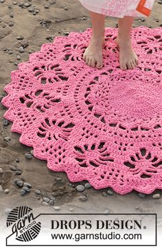 Spider Dance / DROPS 189-7 - Rug with lace pattern, crocheted from middle and outwards in a circle. Piece is crocheted in 3 strands DROPS Paris.