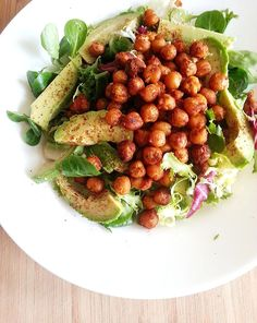 Superhelppo salaatti valmistuu alle vartissa kikherneistä, avokadosta ja tuoreista salaattiaineksista. Vegetarian Recepies, Vegan Recipes, Pesco Vegetarian, Food Goals, Avocado Salad, Lunches And Dinners, I Love Food, Healthy Snacks, Spicy