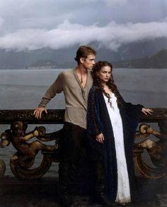 Amidala y Anakin en los jardines del retiro frente a los lagos de Naboo. Star Wars II. Episodio II: El ataque de los clones. 2002. George Lucas.