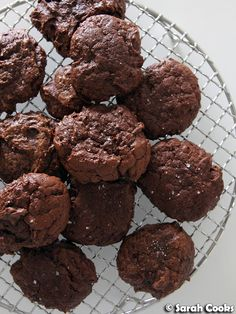 Salted Chocolate Rye Cookies Chocolate Bomb, Salted Chocolate, How To Make Chocolate, Chocolate Cookies, Pastry Recipes, Cookie Recipes, Banana Flour, Flaky Pastry, Cookies