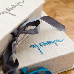 As lindas caixas para fotos da @marinefonteyne, em novas versões. Para entregar as fotos com muito estilo.  #cartonagem #cartonnage #caixafotos #fineartbox #fotografia #wedding #malaguetacraft