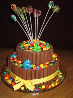 9 Fun Ideas for Candy Cakes. Candy cakes are fun and easy to make - not to mention delicous. Kosher candy can be used for a kosher candy cake. Torta Candy, Candy Cakes, Cupcake Cakes, Birthday Cakes For Men, Cake Birthday, 8th Birthday, Anniversaire Woody, Torta Kit Kat, Beautiful Cakes