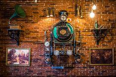 la Joben Bistro, un loc desprins din cărțile lui Jules Verne Jules Verne, Clock