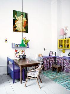 Frejas værelse er indrettet med ting fundet på loppemarked, der er malet i koboltblå og gul.