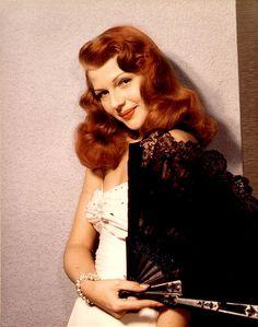 Rita Hayworth, old hollywood. She has gorgeous hair! Hollywood Stars, Old Hollywood Hair, Old Hollywood Glamour, Hollywood Waves, Rita Hayworth, Retro Hairstyles, Wedding Hairstyles, Hollywood Hairstyles, Margarita