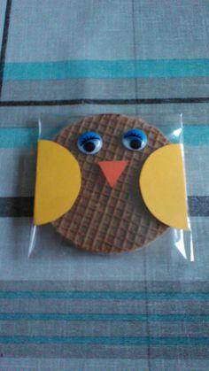 * Stroopwafels in plastic kaartenzakje (Action) met wiebeloogjes (Action) en snavel (driehoekje)en vleugeltjes (rondje doormidden geknipt) van papier (restjes).