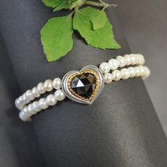 Traumhaftes Perlenarmband mit silbernen Herz und einem Granat gefasst.   #perlen #perlenarmband #schmuck #trachtenschmuck #dirndlschmuck Brooch, Jewelry, Fashion, Jewelry Gifts, String Of Pearls, Beaded Jewelry, Heart, Handmade, Silver
