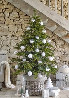 Sapin de Noël style épuré - collection Let It Snow Maisonsdumonde  http://www.homelisty.com/styles-deco-sapin-noel/