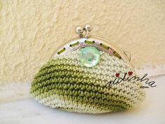 Bolsa, em crochet, verde mesclada com botão