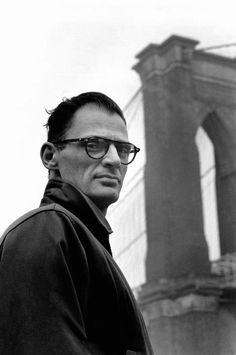 Playwright Arthur Miller devant le pont de Brooklyn, NYC, 1954 // Elliott Erwitt