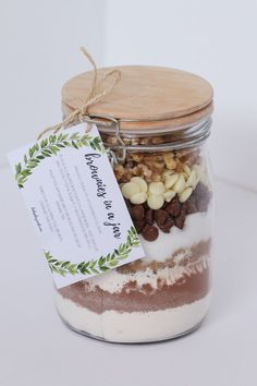 Brownies in a Jar make the perfect homemade gift for a teacher, friend or neighbour. Includes a free printable recipe label gift tag. Mason Jar Meals, Mason Jar Gifts, Meals In A Jar, Mason Jar Recipes, Gift Jars, Christmas Hamper, Christmas Diy, Homemade Gifts For Christmas, Homemade Food Gifts