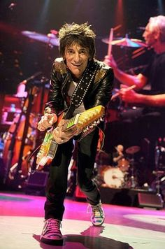 get those stones tunes tuned up. Let's rip this joint Mick Jagger Rolling Stones, Los Rolling Stones, Like A Rolling Stone, Music Film, Music Icon, Art Music, Ronnie Wood Art, Ron Woods, Rock Hand