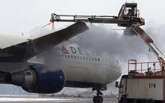25-JAN-2013 - ALEMANHA - Funcionário descongela a asa de um avião dos EUA em aeroporto internacional de Munique. As temperaturas caíram para menos 10°C graus nesta sexta feira.