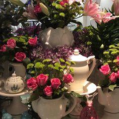 """E o nosso dia começa assim: cheio de flores, cores, sabores e muito amor. É o nosso """"Brunch da Mães"""" e a """"1a. Exposição de Mesas Postas"""" que têm a assinatura de seis clientes que são mestres na arte de receber. Esperamos vocês"""