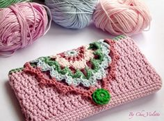 Today, I propose to make a DIY : a crochet phone case. Hope you enjoy! We need : ♥ cotton with 4 colors : pastel pink, dark pink, green and pastel blue. ♥ a hook number 3 ♥