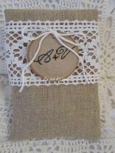 Sacchetti porta confetti in lino naturale e pizzo di ♥ La casa di Gaia ♥ su DaWanda.com
