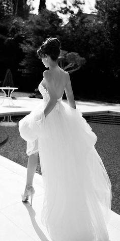 Como planear una boda estilo #glam comenzando por el vestido. Escote pronunciado y larga cola de novia en este vestido de novia estilo glam 100%