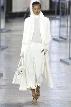 Akris Fall 2017 Ready-to-Wear Collection Photos - Vogue total white look Fashion Week Paris, Fashion 2017, Runway Fashion, Fashion Trends, Casual Mode, Winter Stil, Fashion Show Collection, White Fashion, Minimalist Fashion