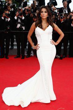 """Eva Longoria Porque un long white dress es infalible, Eva Longoria epató en la alfombra roja de La Croisette con este vestido joya corte sirena en blanco absoluto. """"Amazing red carpet in Cannes"""", rezaba uno de sus tweets en el mismo momento que pisaba la alfombra roja."""