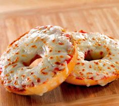 3 Weeks of Cheap Dinners, ready in under 15 minutes. To keep from eating out.we eat these pizza bagels all the time. So easy, yummy, quick. Think Food, I Love Food, Food For Thought, Good Food, Yummy Food, Tasty, Delicious Recipes, Marinara Sauce, Bon Appetit
