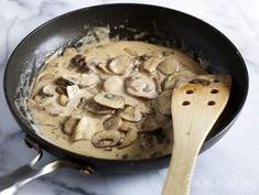 Aprende a hacer una rica salsa de champiñones con salsa blanca, para fideos y carnes.