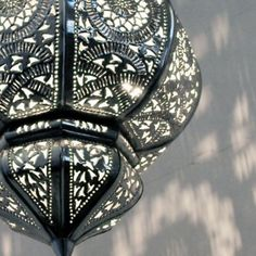 """Eine Neuheit ist die orientalische Lampe """"Yamina"""" in Silber! In dieser Detailansicht sehen Sie besonders gut die filigran ausgetriebenen Ornamente..."""